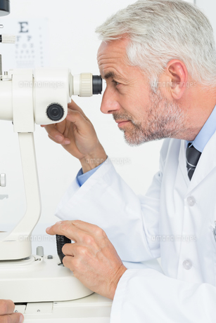 Senior optician in examination roomの素材 [FYI00001760]
