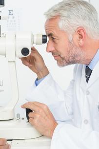 Senior optician in examination roomの写真素材 [FYI00001760]