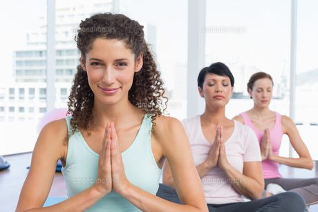 Women with joined hands at fitness studioの写真素材 [FYI00001765]