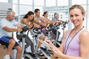Trainer with people working out at spinning classの写真素材 [FYI00001775]