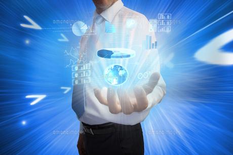 Businessman presenting interfaceの写真素材 [FYI00001795]