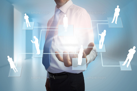 Businessman presenting links between human representationsの写真素材 [FYI00001805]
