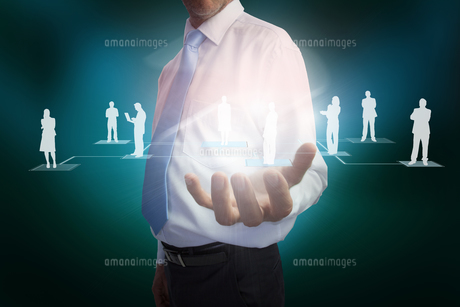 Businessman presenting links between human representationsの写真素材 [FYI00001806]