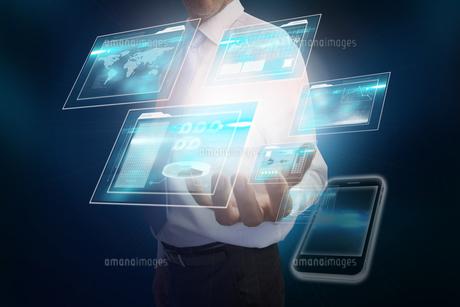 Businessman presenting four interfacesの写真素材 [FYI00001811]