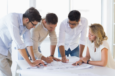 Casual architecture team working together at deskの写真素材 [FYI00001858]