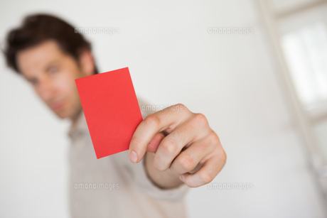 Casual businessman showing red cardの素材 [FYI00001890]