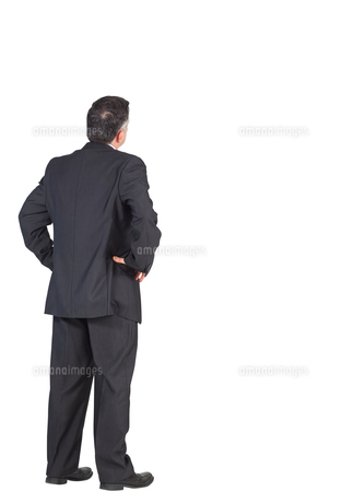 Mature businessman standing with hands on hipsの写真素材 [FYI00001896]