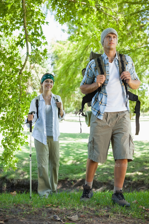 Happy active couple going on a hikeの写真素材 [FYI00001916]