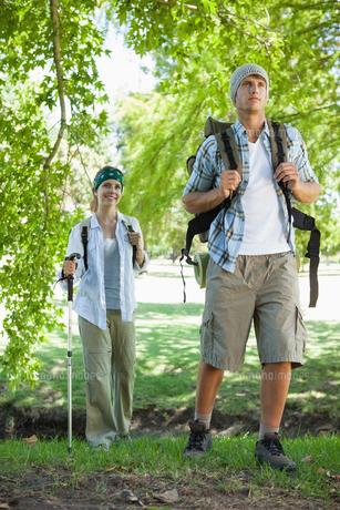Happy active couple going on a hikeの素材 [FYI00001916]