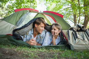 Cute couple lying in their tent smiling at each otherの写真素材 [FYI00001923]