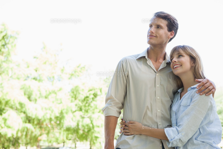 Carefree couple standing in the park and huggingの写真素材 [FYI00001928]