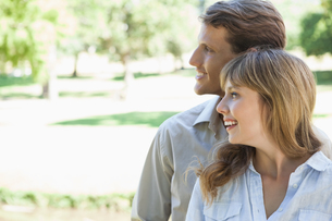 Carefree couple standing in the park and smilingの写真素材 [FYI00001934]