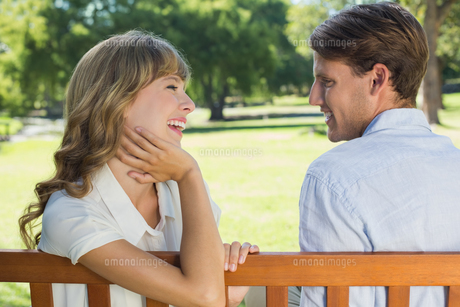 Couple relaxing on park bench together laughingの写真素材 [FYI00001940]