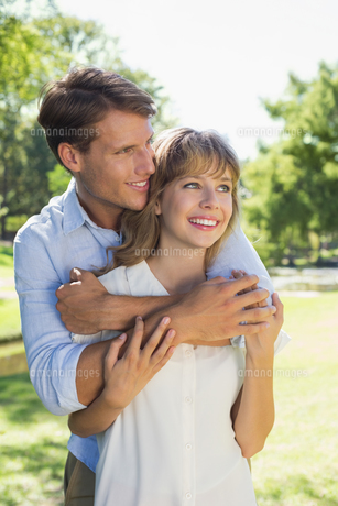 Cute couple hugging in the park and smilingの写真素材 [FYI00001952]