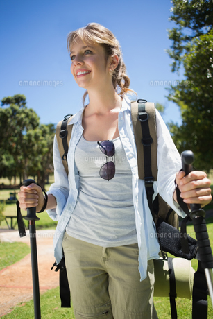 Fit smiling woman going for a hikeの写真素材 [FYI00002000]
