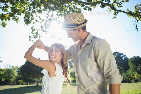 Cute couple dancing in the parkの写真素材 [FYI00002009]