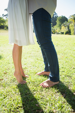 Couples bare feet standing on grassの写真素材 [FYI00002016]