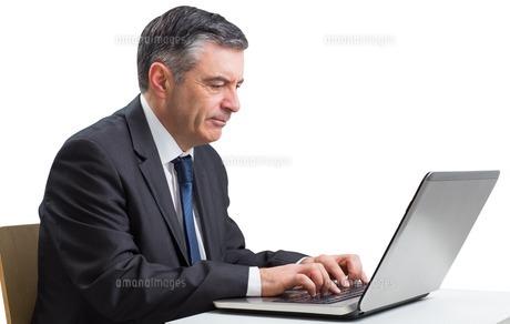 Mature businessman using his laptopの写真素材 [FYI00002025]