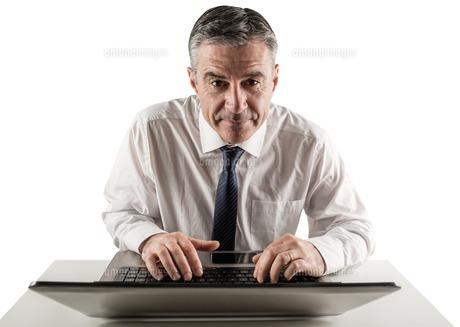 Mature businessman using his laptopの写真素材 [FYI00002029]