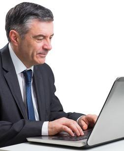 Mature businessman using his laptopの写真素材 [FYI00002035]