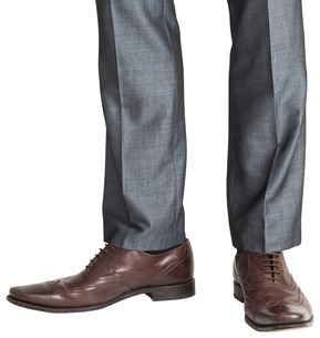 Businessmans feet in brown broguesの写真素材 [FYI00002037]