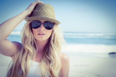 Stylish blonde looking at camera on the beachの写真素材 [FYI00002055]