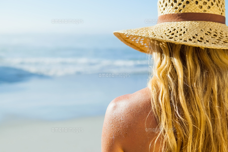 Gorgeous blonde in sunhat on the beachの素材 [FYI00002066]