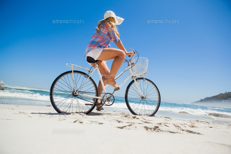 Pretty blonde on a bike ride at the beachの素材 [FYI00002067]