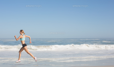 Fit woman jogging on the beachの写真素材 [FYI00002070]