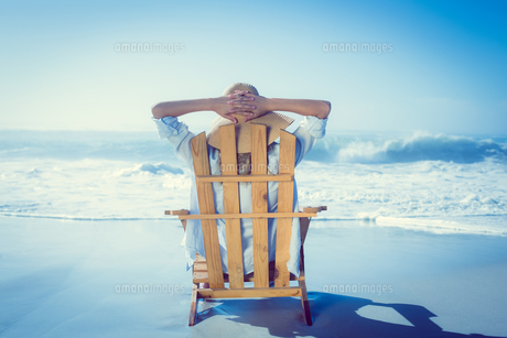Woman relaxing in deck chair by the seaの写真素材 [FYI00002074]