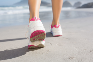 Fit woman walking on the beachの写真素材 [FYI00002076]