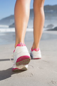 Fit woman walking on the beachの写真素材 [FYI00002078]