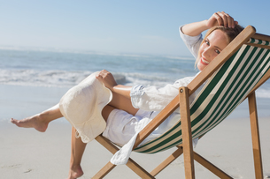 Woman relaxing in deck chair by the seaの写真素材 [FYI00002079]