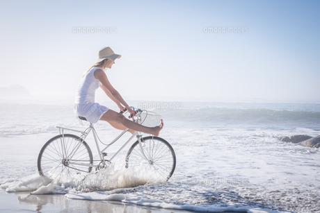 Gorgeous happy blonde on a bike ride at the beachの素材 [FYI00002089]