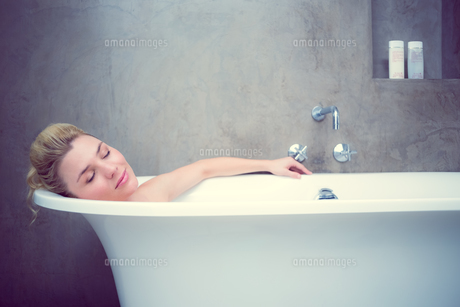 Serene blonde lying in the bathの写真素材 [FYI00002098]