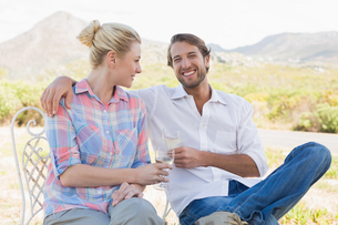 Cute couple sitting in the garden enjoying wine togetherの写真素材 [FYI00002102]