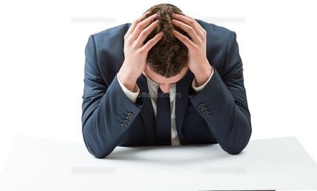 Businessman with head in handsの写真素材 [FYI00002114]
