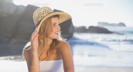 Beautiful smiling blonde in sundress sitting on the beachの素材 [FYI00002145]