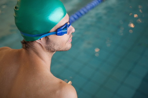 Fit swimmer by the swimming poolの写真素材 [FYI00002149]