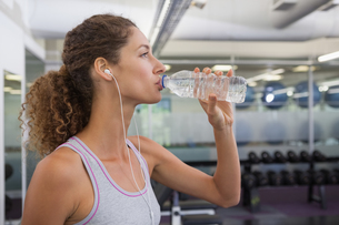 Fit woman drinking from water bottleの写真素材 [FYI00002159]