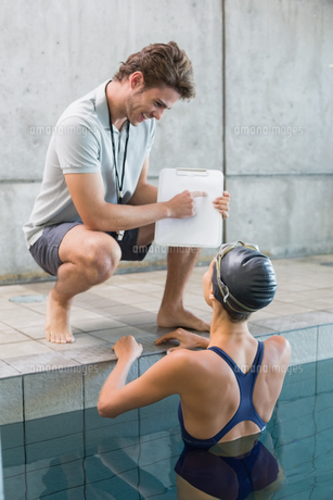 Swimmer talking to her coach poolsideの写真素材 [FYI00002172]