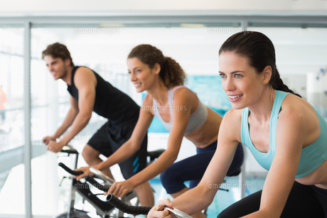 Fit people in a spin classの写真素材 [FYI00002175]