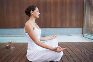Peaceful brunette in white sitting in lotus poseの素材 [FYI00002179]