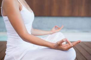 Peaceful woman in white sitting in lotus poseの素材 [FYI00002183]