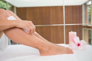 Woman waxing her legs herselfの素材 [FYI00002201]