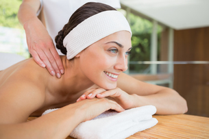 Smiling woman getting a back massageの写真素材 [FYI00002205]