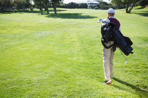 Golf player carrying his bag and walkingの写真素材 [FYI00002217]