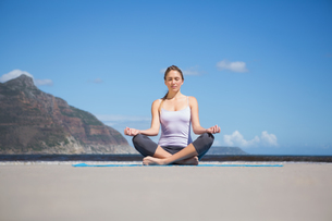 Focused fit blonde doing yoga on the beachの素材 [FYI00002225]