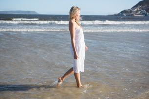 Woman in white dress walking in the seaの素材 [FYI00002230]