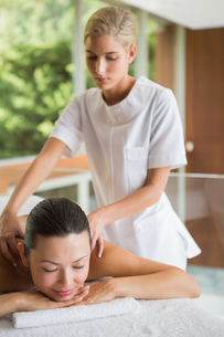 Brunette enjoying a peaceful massageの写真素材 [FYI00002232]